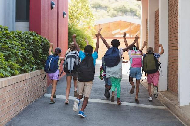 Retrovisione dei compagni di classe che corrono al campus scolastico