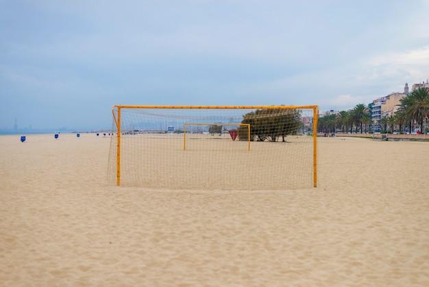 Retrovisione di un obiettivo di calcio su una spiaggia