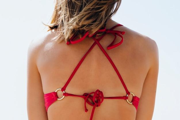 Vista posteriore di una ragazza in bikini rosa