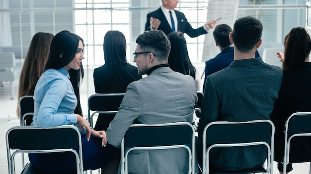 Gruppo di vista posteriore dei dipendenti seduti nella sala conferenze