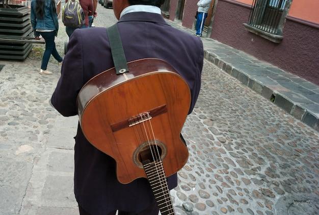 Vista posteriore di un uomo con la chitarra in una strada, san miguel de allende, guanajuato, in messico