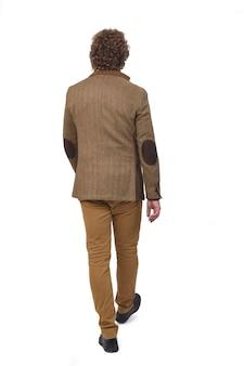 Vista posteriore di un uomo di mezza età con blazer a piedi,