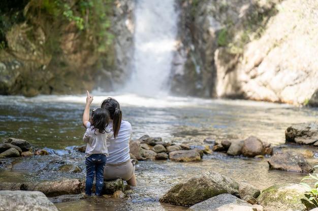Vista posteriore di madre e figlia a cascata