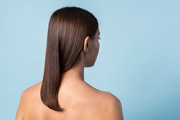 Vista posteriore di una foto in studio di una donna nuda