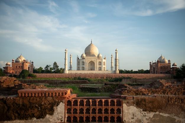 La vista posteriore del taj mahal, visto dal lato opposto del fiume yamuna in india