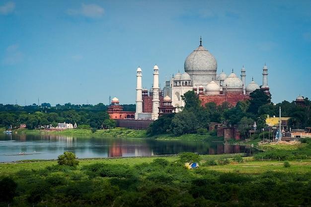 La vista posteriore del taj mahal, visto dal lato opposto del fiume yamuna