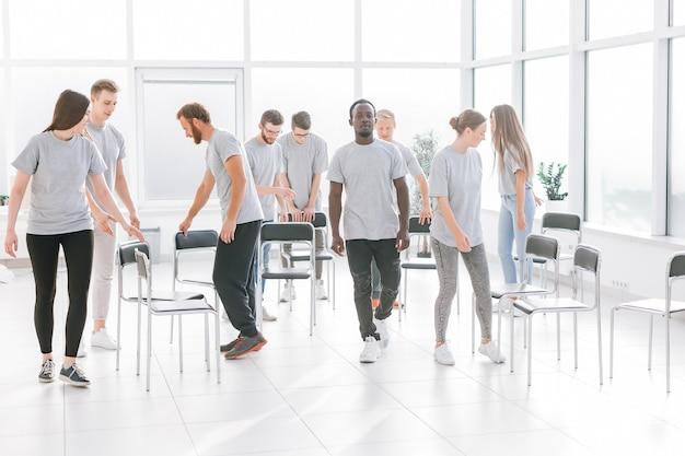 Retrovisore. una squadra di giovani che passa per l'ufficio luce. il concetto di lavoro di squadra