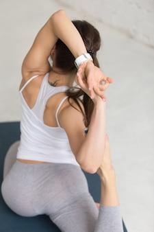 Vista posteriore della donna facendo stretching