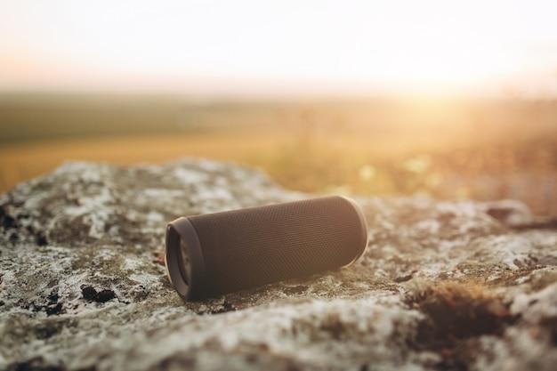 Altoparlante bluetooth portatile di design creativo di ðreative per ascoltare musica al tramonto.