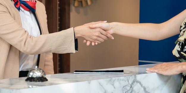 L'addetto alla reception saluta gli ospiti dell'hotel