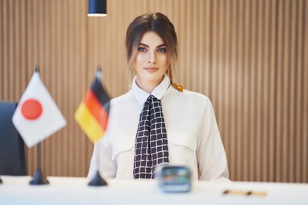 Receptionist che lavora in un hotel