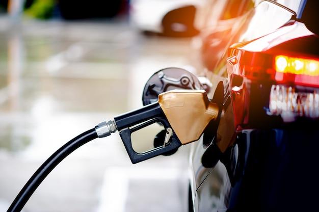 Ricarica autonomamente il carburante della tua auto presso i distributori di benzina. per un viaggio snello nella guida lungo il tragitto