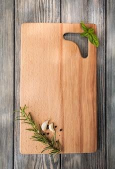 Concetto di ricetta. pubblicità alimentare, tavola di legno con spezie per copiare il testo
