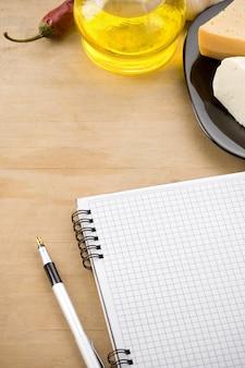 Ricetta taccuino ricettario con ingrediente alimentare e spezie su legno