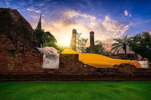 Buddha sdraiato a wat yai chaimongkol