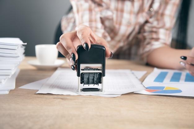 Registrare o autorizzare il timbro di carta per documenti in ufficio.