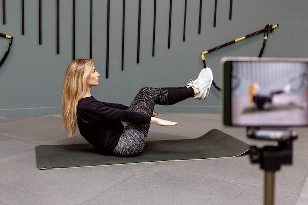 Registra una lezione video sull'allenamento sportivo in palestra per il canale su internet.