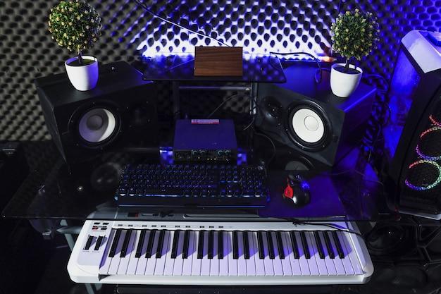 Studio di registrazione con altoparlante a tastiera e pianoforte elettrico
