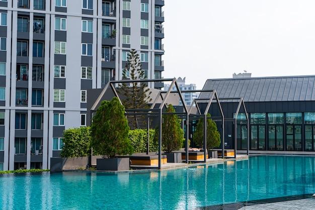 Area ricreativa con piscina in moderno complesso residenziale condominiale. samui, thailandia - 02.08.2020