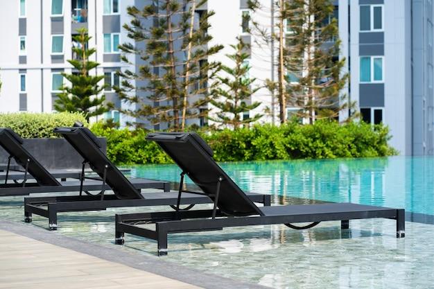 Area ricreativa con piscina in un moderno complesso residenziale condominiale