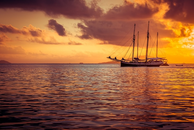 Yacht da diporto nell'oceano indiano. tramonto bellissimo