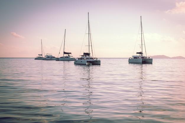 Yacht da diporto nell'oceano indiano. bellissima alba