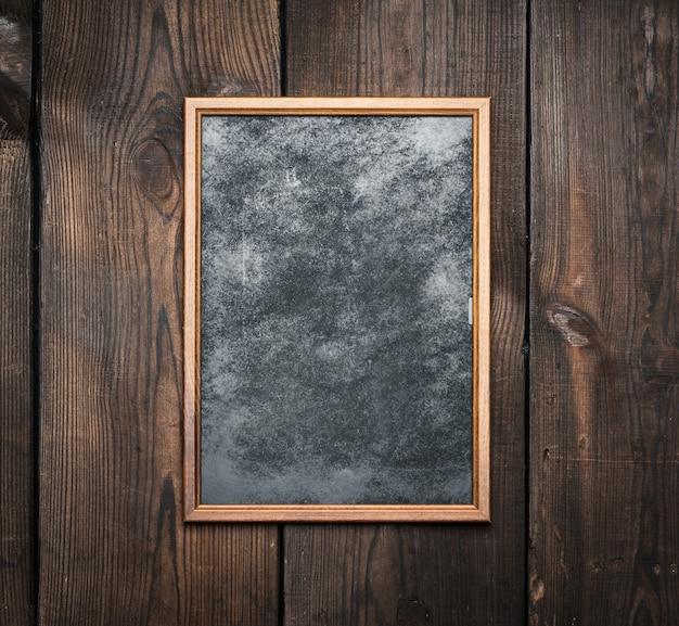 Cornice rettangolare in legno marrone su uno sfondo di tavole molto vecchie, spazio vuoto
