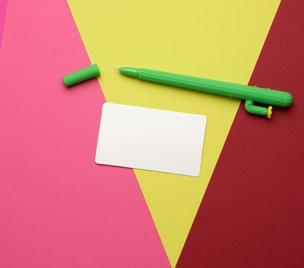 Biglietto da visita in bianco rettangolare del libro bianco su spazio rosso giallo
