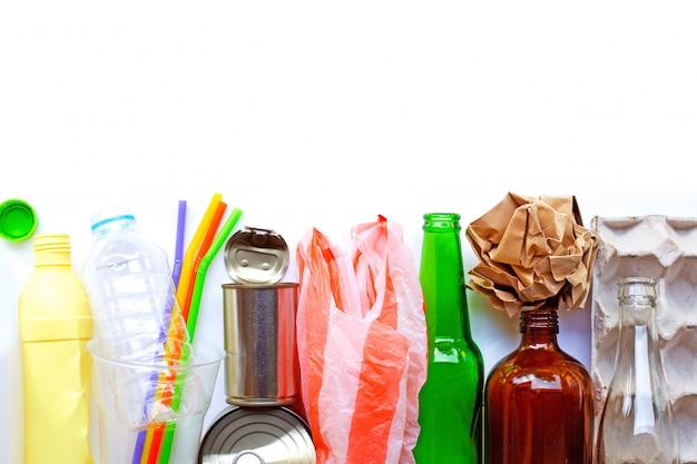 Immondizia riciclabile, bottiglia di plastica, bottiglia di vetro, lattina e vassoio per uova