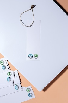 Etichette in cartone riciclabili e organiche con logo