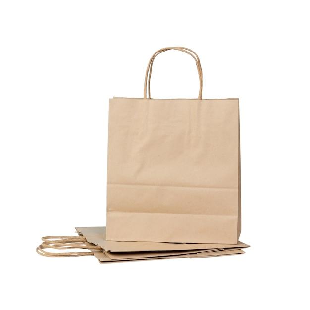 Sacchetti di carta riciclabili isolati su bianco
