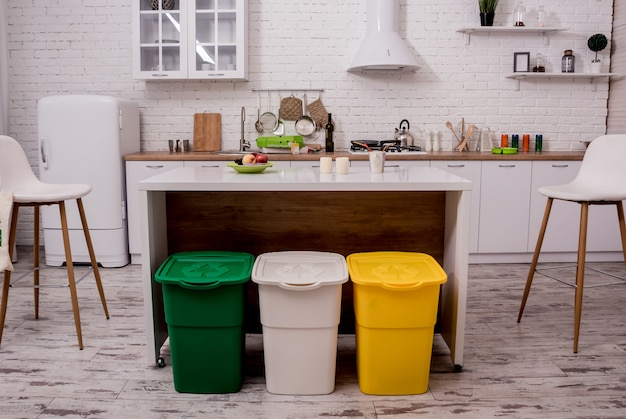 Cestini in cucina. smistamento dei rifiuti domestici.