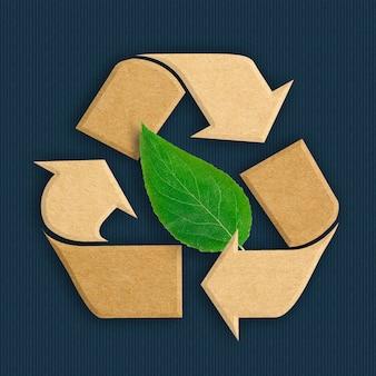 Riciclare il logo da cartone riciclato con foglia verde naturale