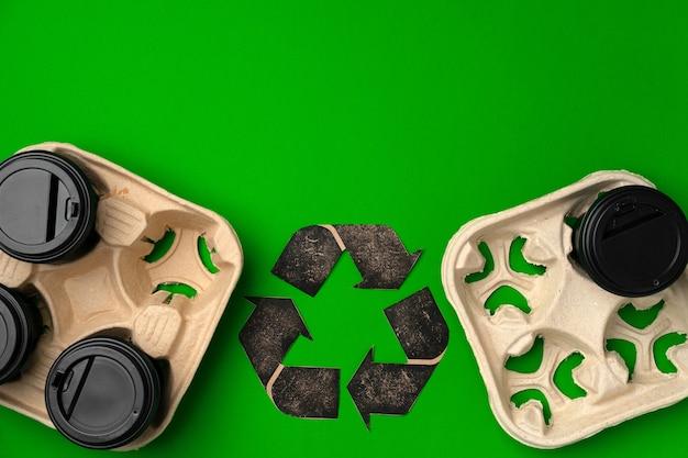 Riciclare il concetto ecologico di tazze e vassoi di caffè da asporto