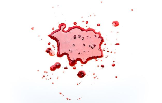 Punto astratto rosso. macchia di sangue con coaguli su sfondo bianco.