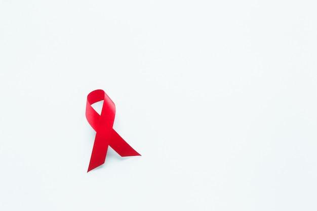 Nastro rosso di sensibilizzazione sull'aids. giornata mondiale contro l'aids e concetto di assistenza sanitaria e medicina