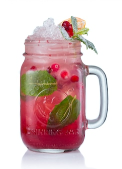 Cocktail rosso dell'alcool con i mirtilli rossi in barattolo bevente isolato