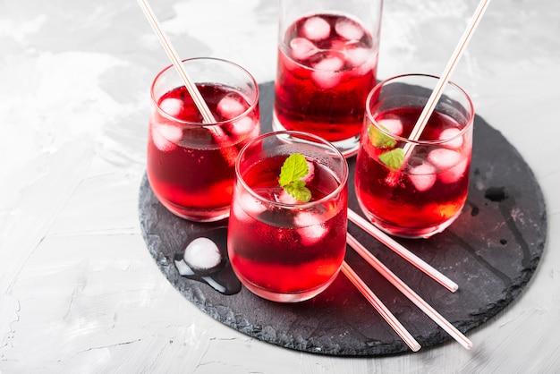 Coctail alcolico rosso con ghiaccio e menta