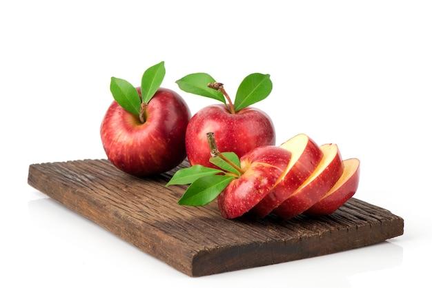 Frutti di mela rossa isolati su sfondo bianco.