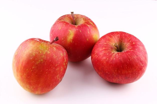 Grado fuji mela rossa su sfondo bianco