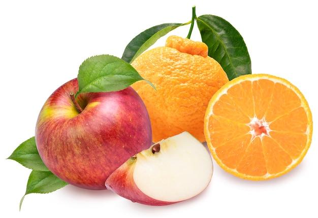 Mela rossa e arancia con foglie isolate su bianco