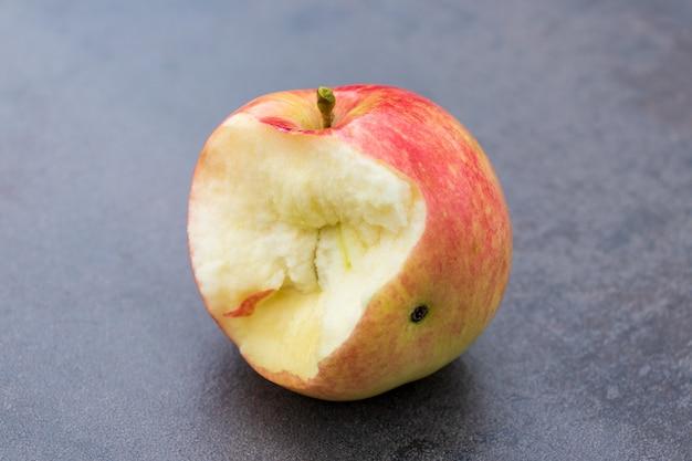 Mela rossa con manca un morso isolato su priorità bassa bianca. logo apple.