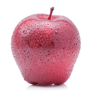 Mela rossa con gocce d'acqua, isolato su sfondo bianco