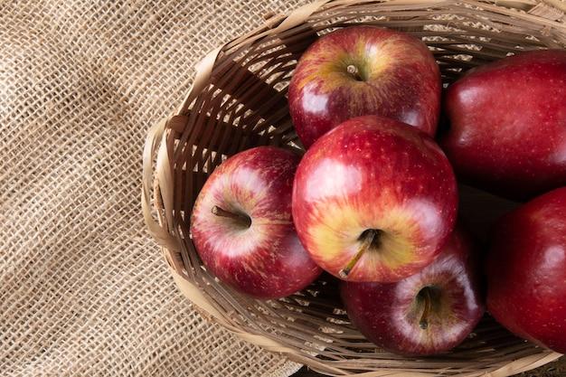 Merce nel carrello delle mele rosse con legno. vista dall'alto.