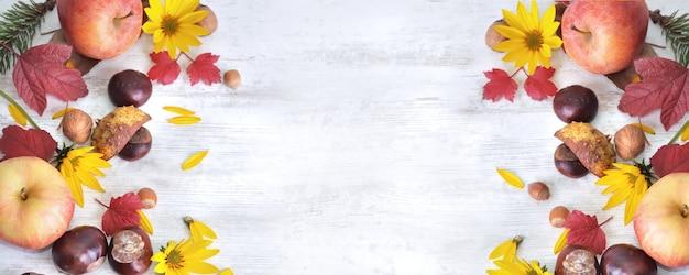 Mele rosse, marroni, fiori gialli con foglie su fondo bianco