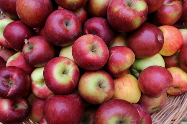 Mele rosse al mercato. la mela è un buon frutto per la salute. cibo e concetto di affari.