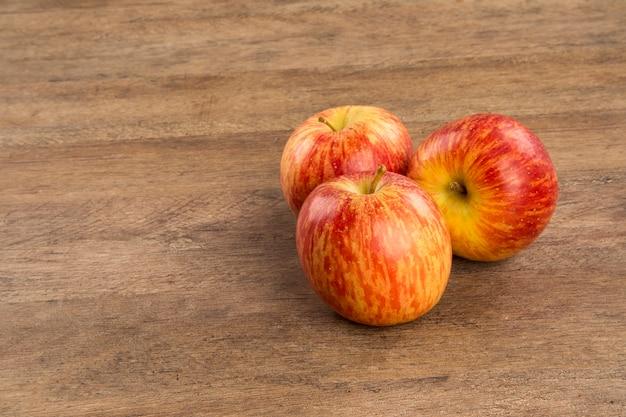 Mele rosse su una superficie in legno. frutta fresca