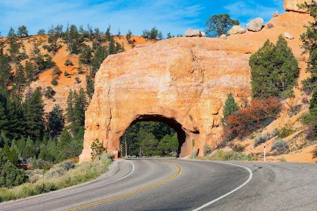 Red arch tunnel stradale sulla strada per il bryce canyon