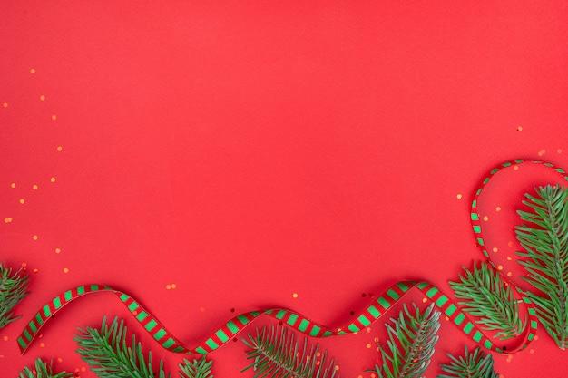 Sfondo rosso con nastro di natale.