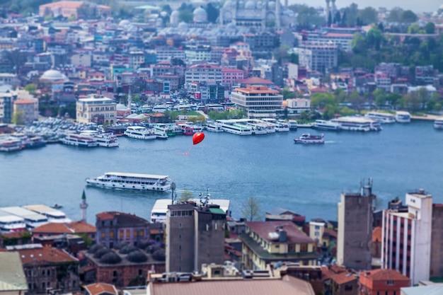 Palloncino rosso che sorvola istanbul. attrazioni della città di istanbul architettura e gite in barca sulle navi